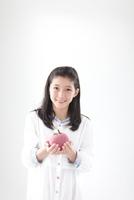 リンゴのクラフト持つ女の子