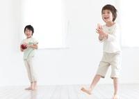 部屋の中で遊ぶ2人の男の子