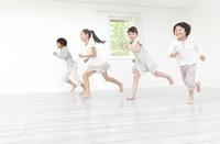 部屋の中を走る男の子と女の子