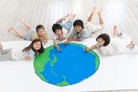 地球の絵を描く男の子2人と女の子3人