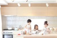 キッチンでままごとをして遊ぶ3人の女の子