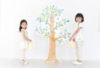 木のイラストに水をやる様子の2人の女の子