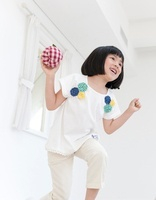 リンゴのクラフトで遊ぶ女の子