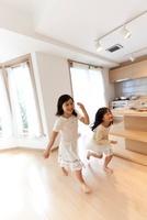 部屋の中で走る2人の女の子
