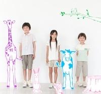 動物や植物のイラストと並び立つ男の子と女の子