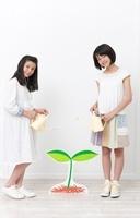 双葉のイラストに水をやる様子の女の子2人