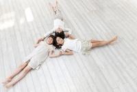 床に寝そべる女の子と男の子