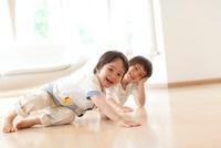 床で遊ぶ男の子2人