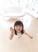 上を見上げる笑顔の女の子