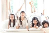 ソファの上で遊ぶ4人の女の子