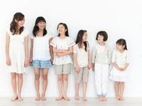 並んで立つ6人の女の子