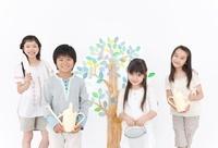 木のイラストの前で園芸道具を持つ女の子3人と男の子