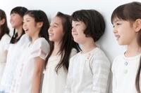 壁に並んだ6人の女の子