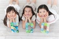 ECOと描かれたクラフトを前で上を見上げる女の子3人