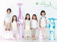 動物や植物のイラストと並び立つ女の子と男の子