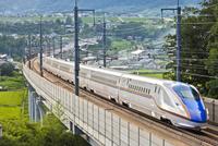 緑の田園地帯を行く北陸新幹線E7系