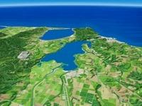 網走湖と能取湖をオホーツク海に向けて望む