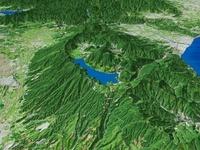 箱根の芦ノ湖と周辺地形を望む