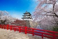 桜咲く弘前城と下乗橋