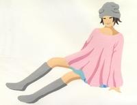 足をのばして座る女性