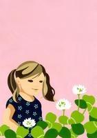 クローバーと笑顔の女の子 02632000113| 写真素材・ストックフォト・画像・イラスト素材|アマナイメージズ