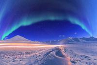オーロラと山々 02636000249| 写真素材・ストックフォト・画像・イラスト素材|アマナイメージズ