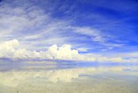 青空とウユニ塩湖の景色