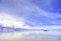 ウユニ塩湖を観光する人と車