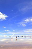 ウユニ塩湖を歩く人