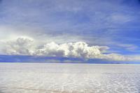 ウユニ塩湖と雨雲