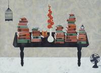 テーブルの上に置かれたたくさんの蔵書とタチアオイ 02640000003| 写真素材・ストックフォト・画像・イラスト素材|アマナイメージズ