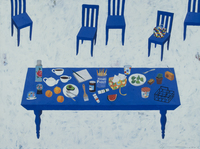 生活感のあるものが置かれた青いテーブルとイス