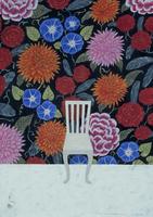 花柄の壁の前に置かれた白い椅子 02640000026| 写真素材・ストックフォト・画像・イラスト素材|アマナイメージズ