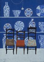 陶器の並ぶショーウインドーの前に並んだ椅子 02640000033| 写真素材・ストックフォト・画像・イラスト素材|アマナイメージズ
