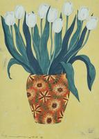 花柄の花瓶に活けられた白いチューリップ