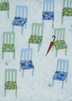 たくさんの椅子と赤い傘
