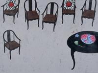 ハスが置かれたテーブルと、たくさんの椅子 02640000081| 写真素材・ストックフォト・画像・イラスト素材|アマナイメージズ