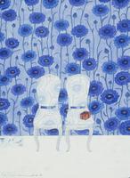 青いヤグルマギクの壁と、並んだ2脚の白い椅子 02640000087| 写真素材・ストックフォト・画像・イラスト素材|アマナイメージズ
