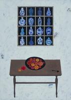 中国風の文様の描かれた花瓶と赤い花