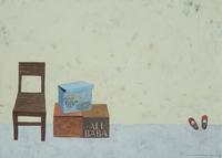 木製の椅子と壁に立てかけられた赤い靴 02640000118| 写真素材・ストックフォト・画像・イラスト素材|アマナイメージズ