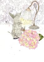 アンティークなランプと天使置物とアジサイ