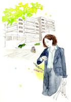 時計を見る女性と街