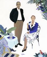 立つ男性とお茶を飲む女性