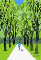林のなかの道を行く人と犬