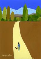 山に向かう一本道を散歩する人と犬