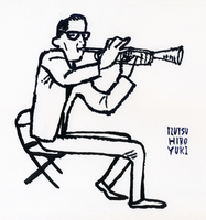 トランペットを吹く男性