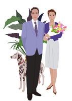 男性と花束を抱える女性1 02655000473| 写真素材・ストックフォト・画像・イラスト素材|アマナイメージズ