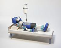 点滴を受けるロボット