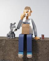 おにぎりを食べる青年と犬
