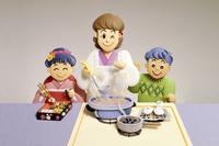 おせち料理を作る母親と女の子、男の子